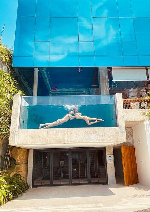 Siêu mẫu Hà Anh và chồng Tây khóa môi trong bể bơi khi nghỉ dưỡng ở resort tại Nha Trang.