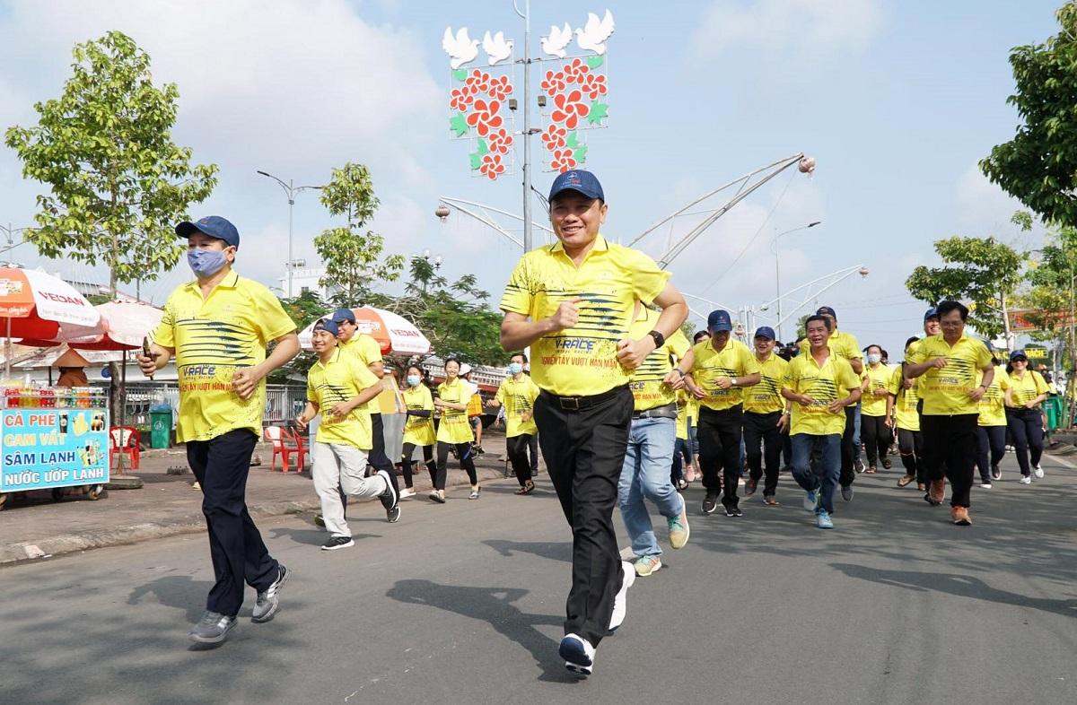 Hàng trăm đoàn viên thanh niên của tỉnh Sóc Trăng, huyện đoàn Ngã Năm và Tổng công ty Điện lực miền Nam, Công ty Điện lực Sóc Trăng cùng xuống đường chạy.
