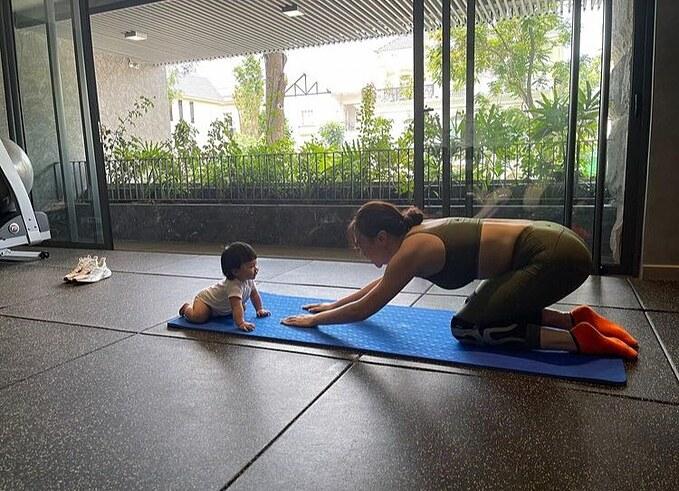 Bé Suchin bắt chước mẹ Đàm Thu Trang tập yoga.