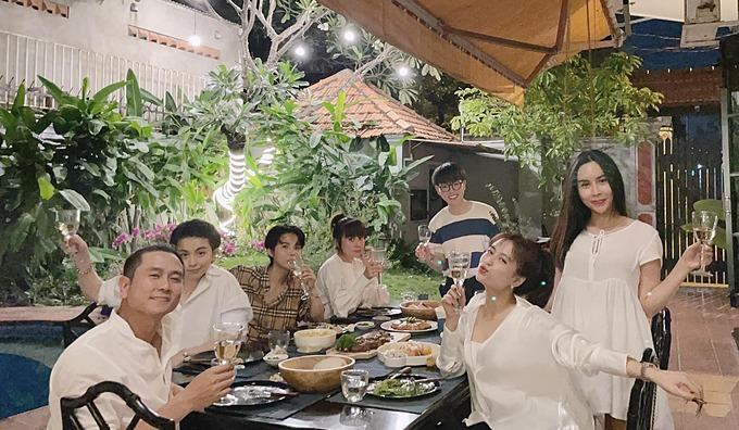 Nhiều nghệ sĩ gồm Vũ Cát Tường, Lưu Thiên Hương, Đức Phúc, Hoàng Thùy Linh, Gil Lê đến nhà vợ chồng Hồ Hoài Anh - Lưu Hương Giang chơi.