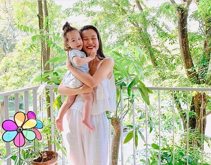 Con trai nhà MC Hoàng Oanh được mẹ để tóc dài cột cao khiến nhiều người nhầm là con gái.