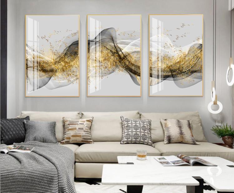 Tranh treo tường GD42của nội thất IGEA có họa tiết giống như những dãy núi mờ ảo với các màu trắng, đen, xám, vàng. Chất liệu tráng gương tạo hình ảnh sắc nét, chống trày xước. Bộ sản phẩm đầy đủ gồm 3 tranh, mỗi tranh kích thước 40 x 60 cm, hoặc 50 x 70 cm hay 60 x 80 cm. Cả ba kích thước đều đang được bán đồng giá 336.000 đồng nhờ được ưu đãi 25%.