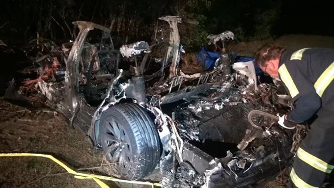 Hiện trường vụ tai nạn xe Tesla ở hành phố Houston, bang Texas, Mỹ. Ảnh: Twitter.