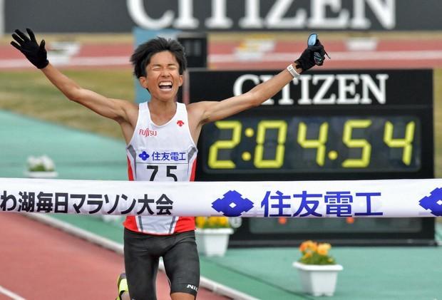 Kengo Suzuki vượt qua vạch đích Marathon Lake Biwa Mainichi với thành tích 2:04:56 hôm 28/2. Ảnh: Worldathletics.
