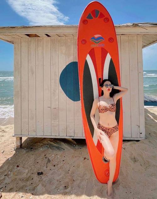 Ở mùa hè 2021, Lệ Quyên nhiệt tình lăng xê nhiều xu hướng bikini theo đúng xu hướng thịnh hành.