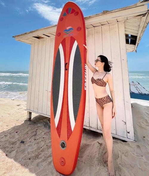 Những dịp đi du lịch biển cùng người yêu trẻ tuổi, nữ hoàng bolero lại có dịp khoe body qua các mẫu áo tắm hot trend.
