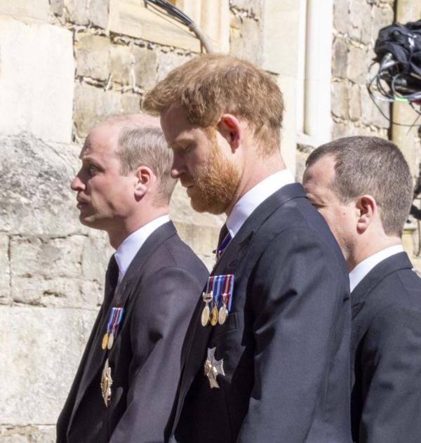 Khoảnh khắc Harry cúi đầu tại lễ tang ông nội hôm 17/4. Ảnh: PA.