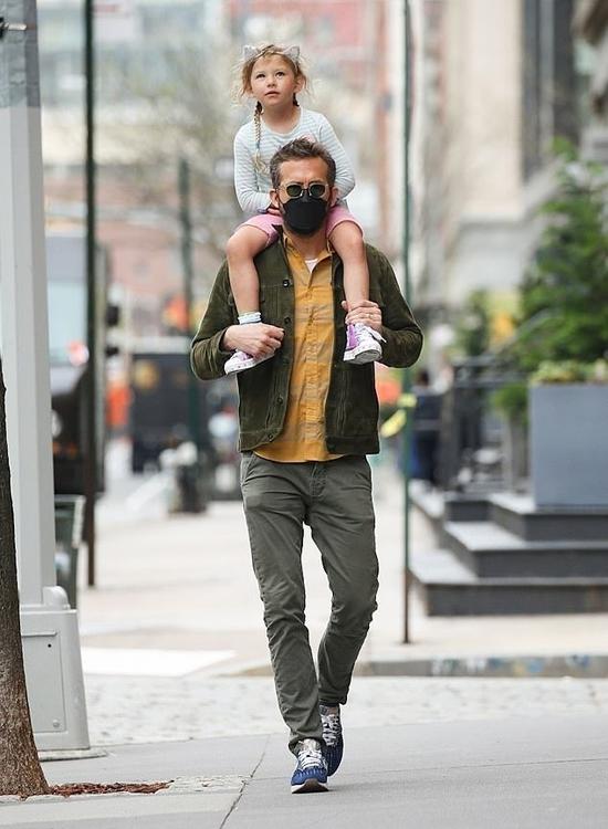 Tài tử Ryan Reynolds kiệu con gái dạo phố