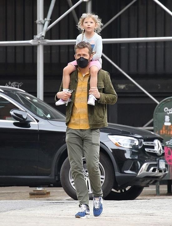 Ryan Reynolds kiệu con gái trên phố.