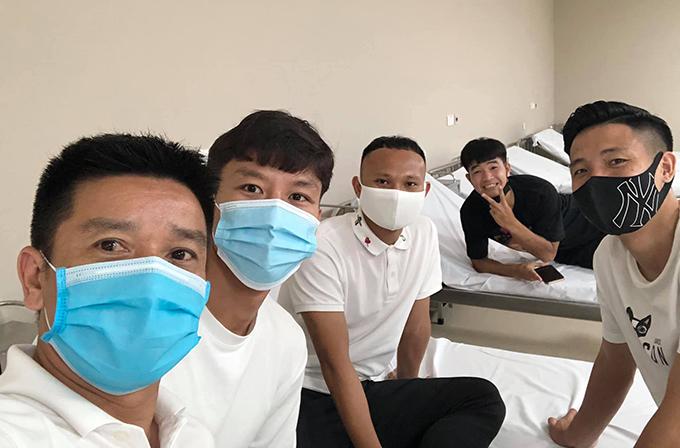Trợ lý Lưu Danh Minh (noài cùng bên trái) selfie cùng Quế Ngọc Hải, Trọng Hoàng, Bùi Tiến Dũng và Đức Chinh trong chờ tiêm vaccine Covid-19. Ảnh: LDM.