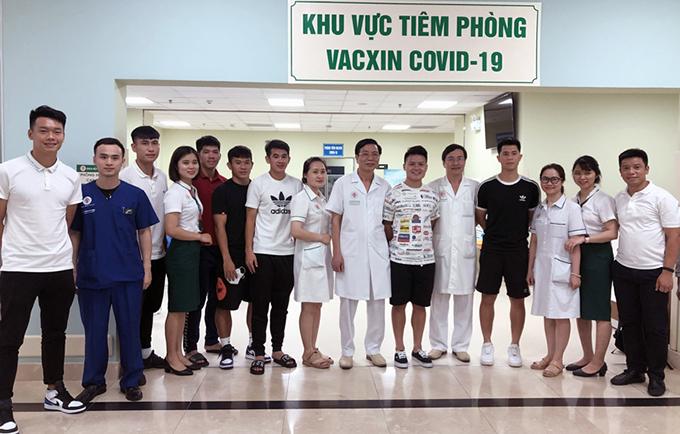 Quang Hải, Đình Trọng, Văn Kiên hay Thành Chung đã hoàn thành tiêm mũi một vaccine Covid-19 sáng nay 20/4. Ảnh: VFF.