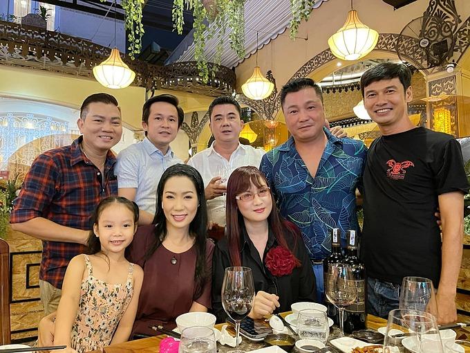 Diễn viên Trịnh Kim Chi hội ngộ nhiều nghệ sĩ như Lý Hùng, Hiền Mai, Tiết Cương... tại một bữa tiệc mừng sinh nhật.