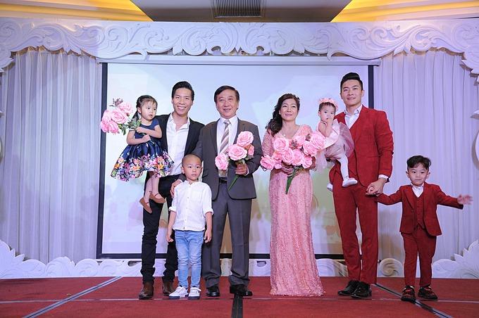 Anh em Quốc Cơ - Quốc Nghiệp mừng bố mẹ kỷ niệm 40 năm ngày cưới.