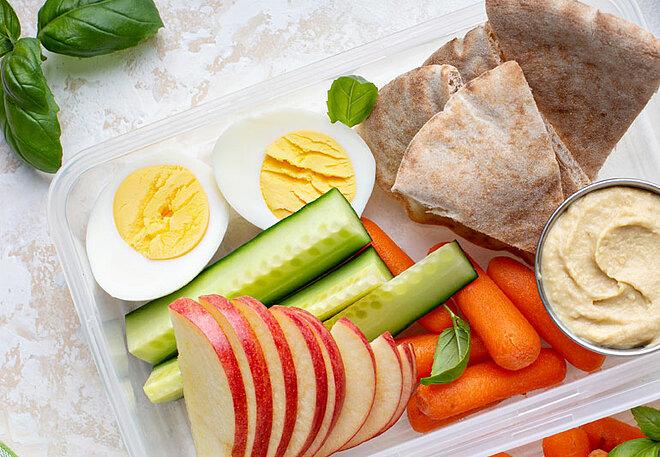 Bữa phụ lành mạnh buổi chiều giúp bạn không quá đói, dẫn đến ăn quá nhiều vào bữa tối.