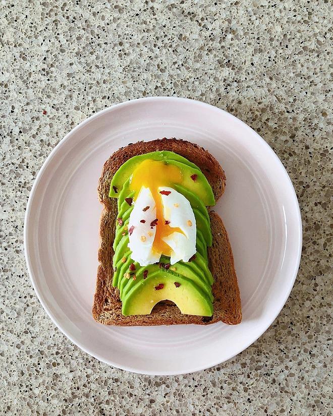 Bánh mỳ ngũ cốc nguyên cám ăn kèm bơ thái lát và trứng là bữa sáng yêu thích của Hà Tăng.
