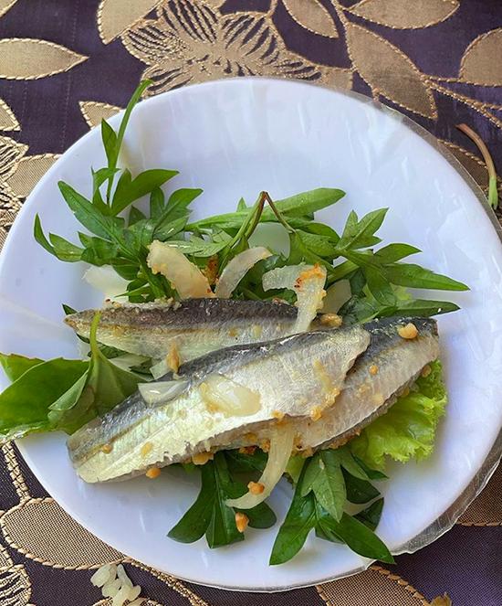 Hồ Ngọc Hà khoe đĩa gỏi cá trích Phú Quốc.