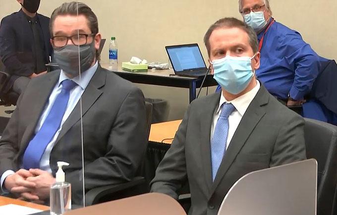 Derek Chauvin (phải) trong phòng xử án Quận Hennepin, bang Minnersota hôm 20/4. Ảnh: PA.