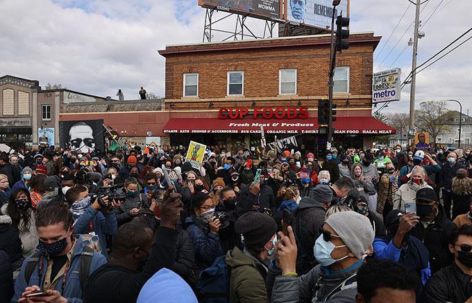 Người dân Mỹ tập trung trước cửa hàng Cup Foods để chờ nghe phán quyết của toà án hôm 20/4. Ảnh: SWNS.