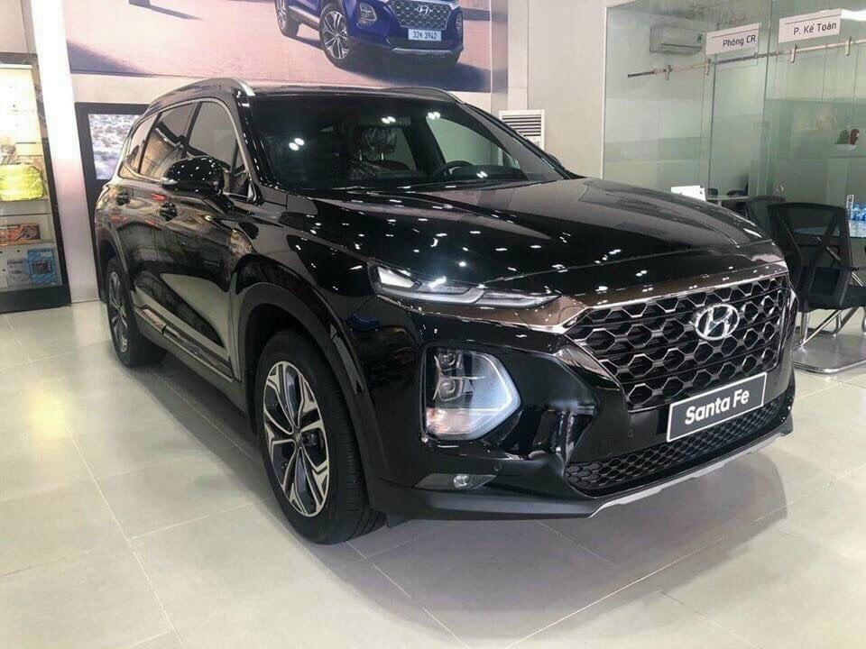 Hyundai Santa Fe 2020 giảm giá trưng bày tại một đại lý. Ảnh: Hyundai Long An