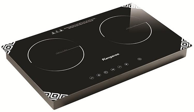 Bếp điện từ đôiKangaroo KG498Nkích thước 75,5 x 45,7 x 12 cm, gồm 2 bếp từ với tổng công suất 3.100 W có thể đặt âm hoặc trên phần mặt bàn. Thân bếp bằng thép phủ sơn chống gỉ dày 0,6 mm. Mặt kình cường lực dễ lau chùi. Bàn phím cảm ứng cung cấp nhiều chức năng: cài đặt thời gian riêng cho từng bếp; tăng giảm nhiệt độ ở 9 mức khác nhau, chốt khóa an toàn. Từng bếp đều có cảm ứng nhiệt. Bếp có cảnh báo E0 - không hoạt động khi không đặt nồi hoặc nồi nấu không đúng vị trí, tự chuyển chế độ ngắt OFF sau thời gian 120 phút để phòng cháy nổ, hỏa hoạn. Sản phẩm đang được ưu đãi 44% là 2,392 triệu đồng.