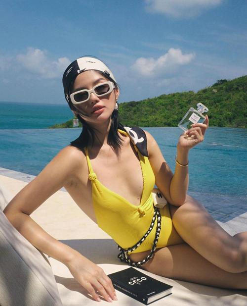 Khánh Linh cũng sử dụng mẫu túi nhỏ xinh để tô điểm cho set đồ đi du lịch biển của mình.