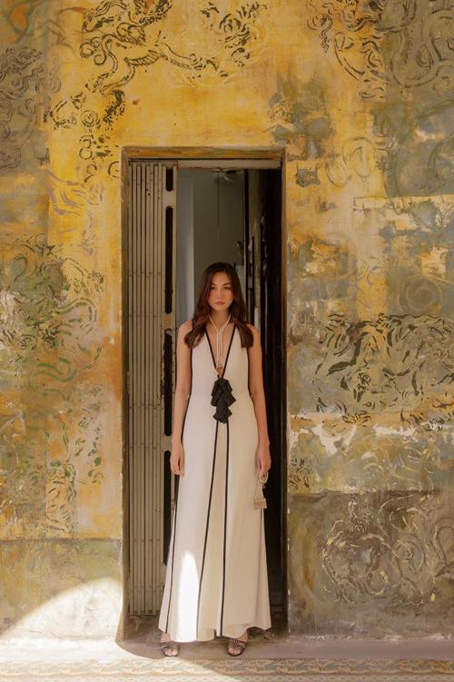 Với phiên bản túi trang trí dây ngọc trai, Thanh Hằng lại thể hiện nét gợi cảm và quyến rũ với váy xẻ sâu và cut-out phần nách ấn tượng.