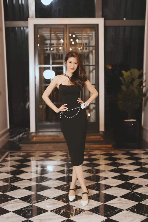 Mốt sử dụng những mẫu túi tí hon được Thu Hằng thể hiện cuốn hút trên set đồ đi tiệc. Túi Chanel được mix đồng điệu với giày cao gót cùng thương hiệu.