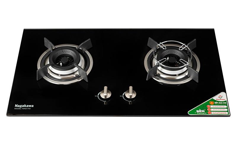 Bếp gas âmNagakawa NAG1751với hai bếp nấu, có bề mặt bằng kính cường lực dày, chịu va đập và nhiệt độ cao. Khay bằng inox không gỉ giúp bếp luôn sáng mới. Mâm chia lửa bằng đồng chịu nhiệt tốt. Kiềng bếp bằng gang đúc chống trượt. Núm điều khiển dạng xoay, bằng kim loại. Hệ thống đánh lửa IC. Bếp được trang bị cảm ứng ngắt ga tự động, cảm biến chống trào giúp an toàn cho người sử dụng. Sản phẩm bảo hành 12 tháng, đang được ưu đãi 45% còn 2,699 triệu đồng.