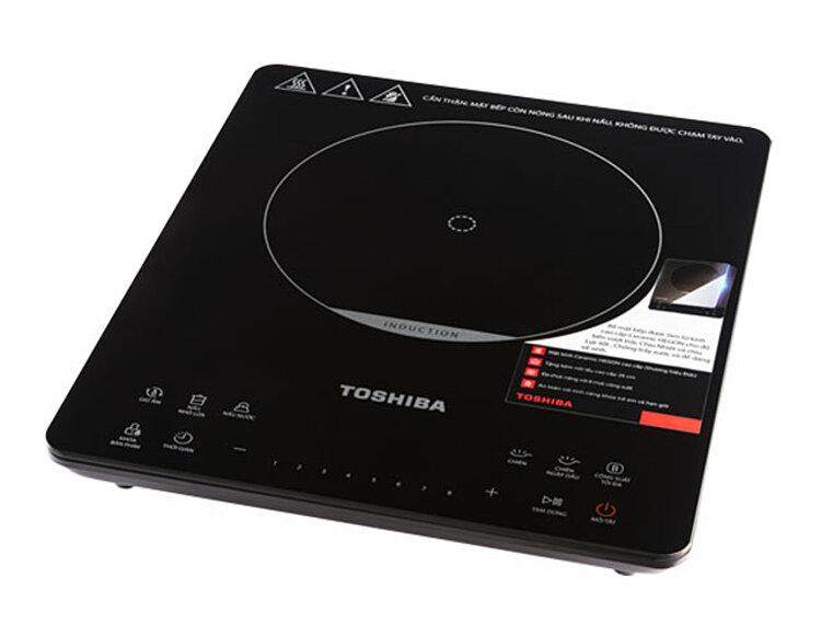 Bếp điện từ đơnToshiba IC-20S3PVkích thước 36 x 29 x 4,5 cm với công suất 2.000 W. Mặt bếp bằng kính ceramic chịu nhiệt tới 600 đô C và chiu lực tới 150 kg. Mâm nhiệt bằng đồng nguyên chất. Chân bếp bọc cao su chống trơn trượt. Điều khiển dạng cảm ứng, trực tiếp để: tùy chính 8 nấc nhiệt độ, 6 chế độ đun nấu (nấu nước, chiên, nướng, hầm, hấp, giữ ấm); khoá trẻ em, hẹn giờ nấu đến 3 giờ, tạm dừng. Bếp được thiết kế chống thấm, thích ứng tốt với điện thế không ổn định, có cảnh báo khi không có nồi chảo phù hợp, đèn báo nhiệt dư, tự động ngắt... Sản phẩm đang được ưu đãi 37% còn 1,69 triệu đồng.