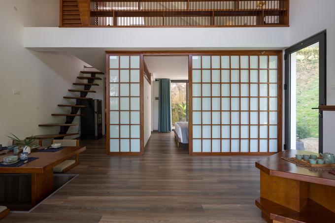 Nhóm KTS cho biết biệt thự mang phong cách thiết kế Nhật Bản, có 2 phòng ngủ, 2 phòng vệ sinh, một gác xép làm phòng ngủ, dành cho 4 người ở.