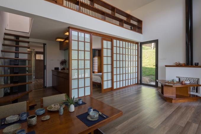 Kiểu cửa trượt của nhà phong cách Nhật Bản đem đến điểm nhấn cho không gian.