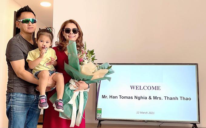 Vợ chồng Thanh Thảo - Tom Han và con gái Talia trong ngày về nhà mới.