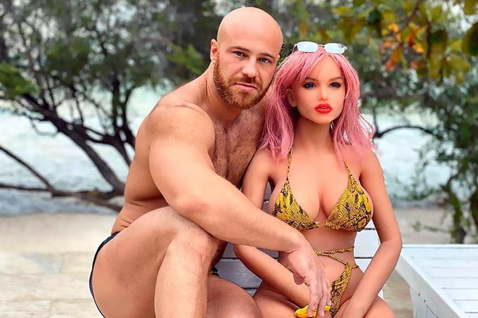 Yuri Tolochko bên người vợ búp bê Margo trước khi tuyên bố đã ly hôn. Ảnh: