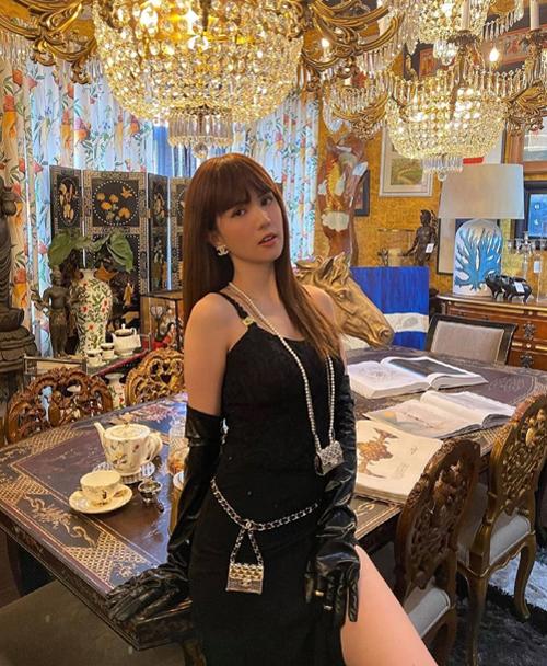 Ngọc Trinh là người đẹp cập nhật mốt túi tí hon sớm nhất. Cô sử dụng cả hai mẫu túi với hai cách đeo khác nhau khi khoe hàng hiệu.