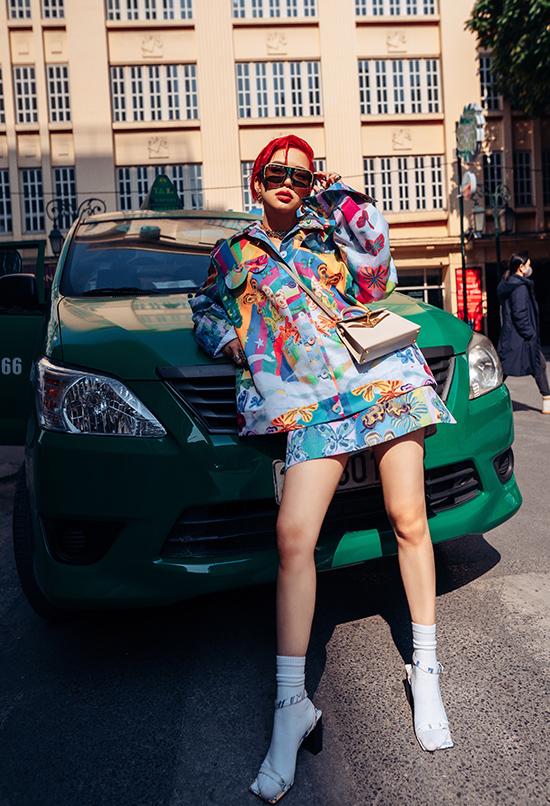 Với set đồ họa tiết mang gam xanh chủ đạo, Hòa Nguyễn chọn túi Hermes Kelly màu kem để trung hòa tổng thể.