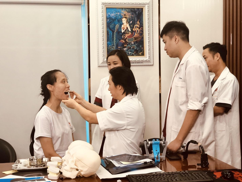 Hợp trải qua nhiều lần hội chẩn để có phương án phẫu thuật tốt nhất.