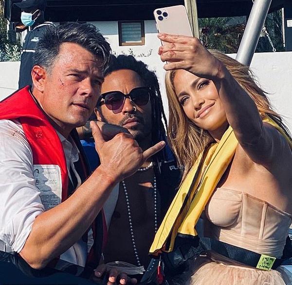 Jennifer Lopez chụp hình với Josh Duhamel (trái) và Lenny Kravitz.
