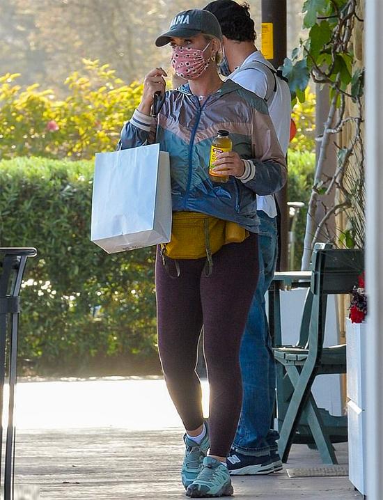 Orlando trông con trong khi vị hôn thê Katy Perry mua đồ.