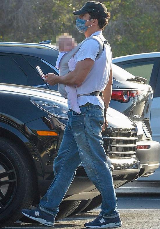Orlando Bloom địu bé Daisy đi dạo và mua sắm ở Montecito (hạt Santa Barbara, California) vào đầu tuần này. Em bé để đầu trần tắm nắng trong khi Orlando đeo khẩu trang kín mít tránh dịch.