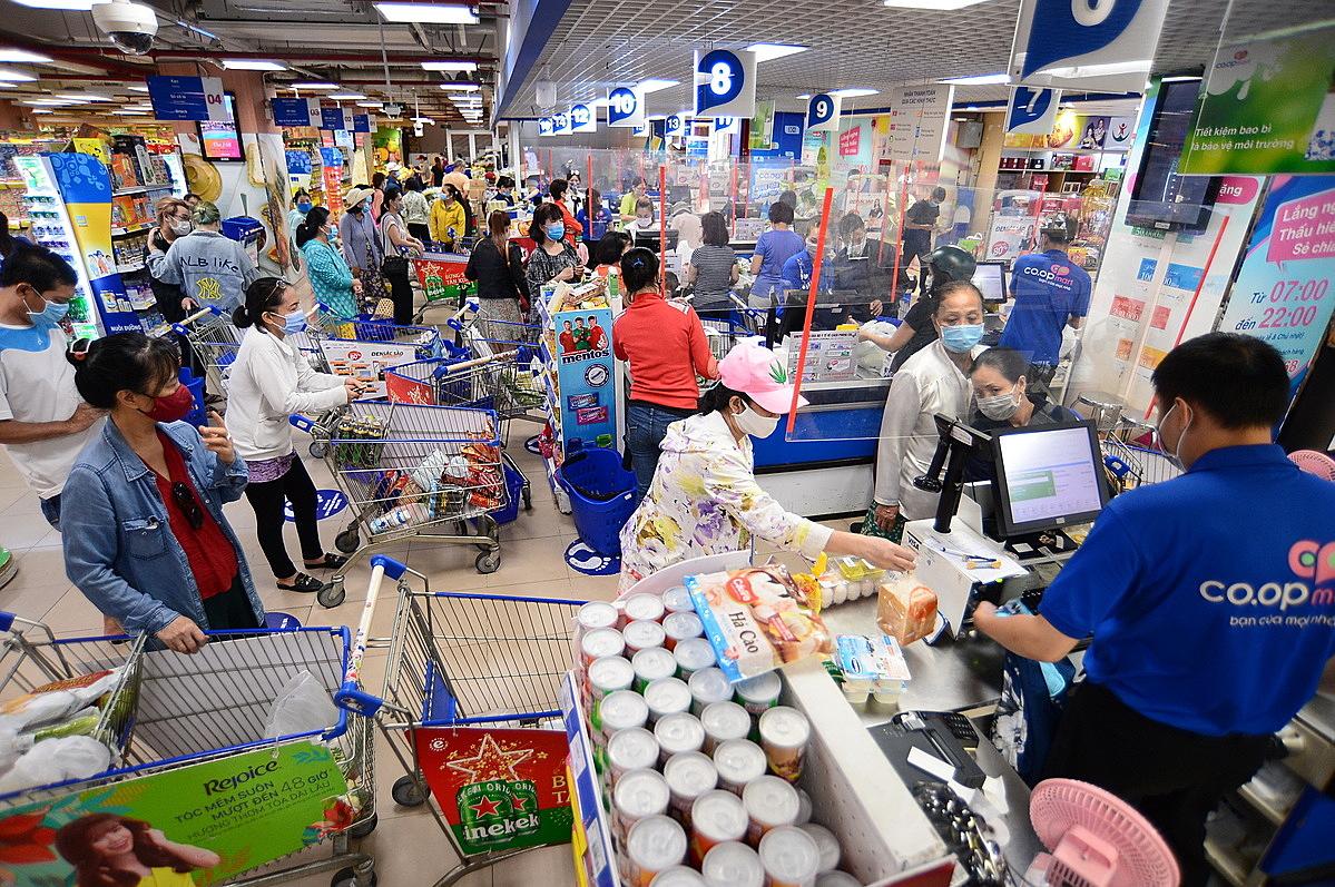 Khách hàng mua sắm tấp nập tại hệ thống siêu thị Co.opmart.