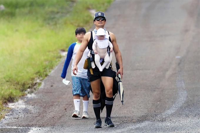 Vào tháng trước, Orlando đưa Flynn đi nghỉ ở Hawaii cùng bé Daisy và Katy Perry. Anh dành tới nửa tháng thư giãn cùng gia đình tại hòn đảo nhiệt đới. Bé Daisy ngày ngày được bố địu đi dạo để tắm nắng, hít thở không khí biển trong lành.