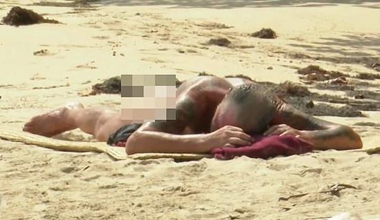 Cựu danh thủ Anh hồn nhiên cởi quần bơi, nằm phơi nắng trên bãi biển ở Honduras. Ảnh: Mediaset.
