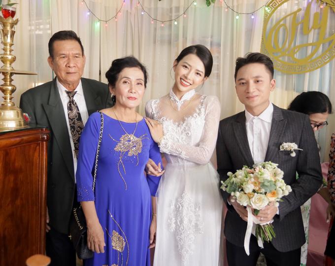 Cô dâu Khánh Vy chọn trang điểm tông cam đào nhẹ nhàng trong ngày cưới.