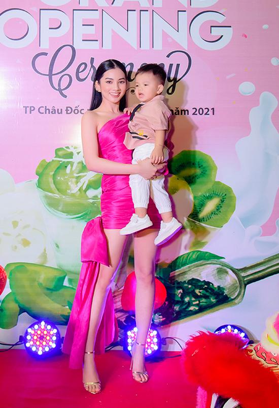 Chỉ dừng chân ở top 15 của Hoa hậu Việt Nam 2020 nhưng Cẩm Đan lại thu hút sự chú ý của truyền thông sau khi rời cuộc thi vì chuyện tình cảm với doanh nhân Đức Huy - chồng cũ của ca sĩ Lệ Quyên. Cả hai thường xuyên đồng hành khi tụ tập bạn bè nhưng ít khi công khai tình cảm tại các sự kiện giải trí.