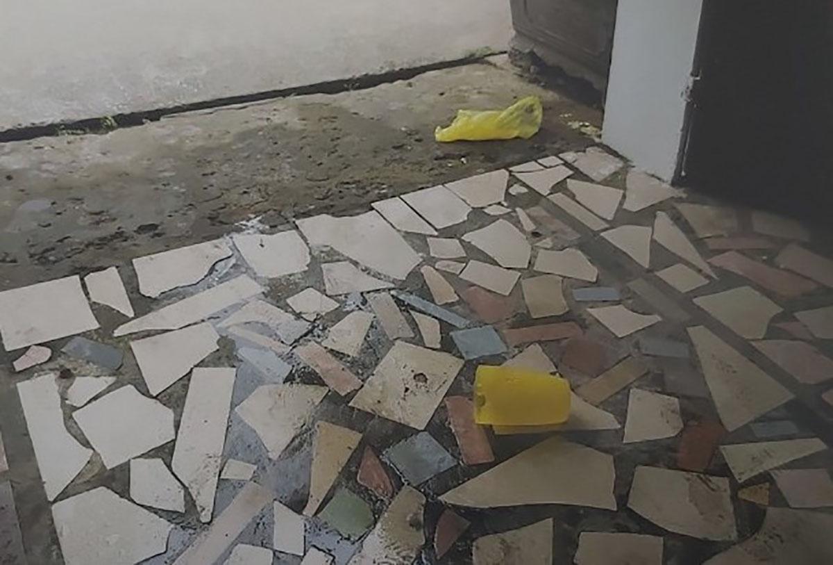Ca nhựa màu vàng mà Tùng chứa a xít nằm tại hiện trường (khoanh đỏ) sau khi gây án. Ảnh: Anh Thư