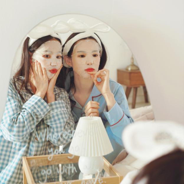 Đắp mặt nạ có tác dụng giữ ẩm và cung cấp dưỡng chất cho da.
