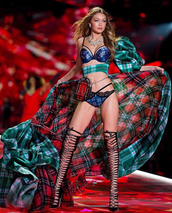 Gigi Hadid trình diễn cho show Victorias Secret.