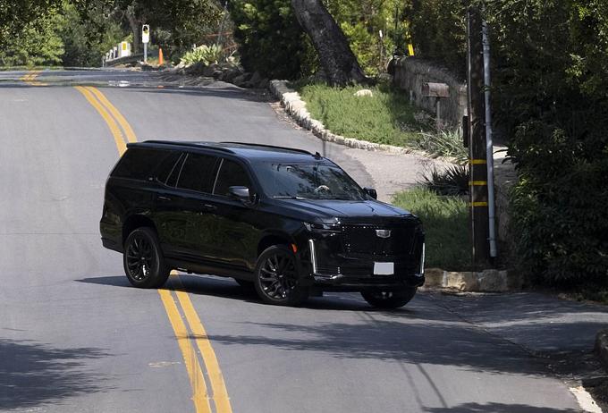 Chiếc xe đón Harry từ sân bay Los Angeles về biệt thự ở Montecito hôm 20/4. Ảnh: Mega.