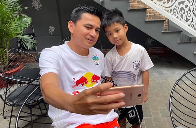 Kiatisuk luôn sẵn sàng chụp ảnh với các fan. Ảnh: KS.