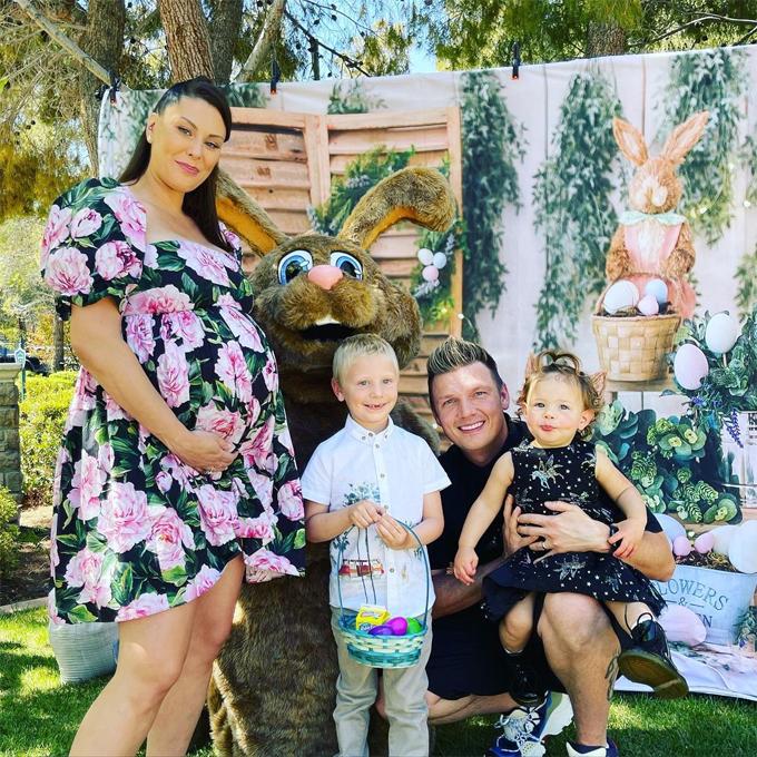 Nick Carter bên vợ bầu và hai con trong lễ Phục sinh.